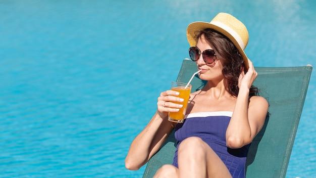 Femme, chapeau, pose, lit soleil Photo gratuit