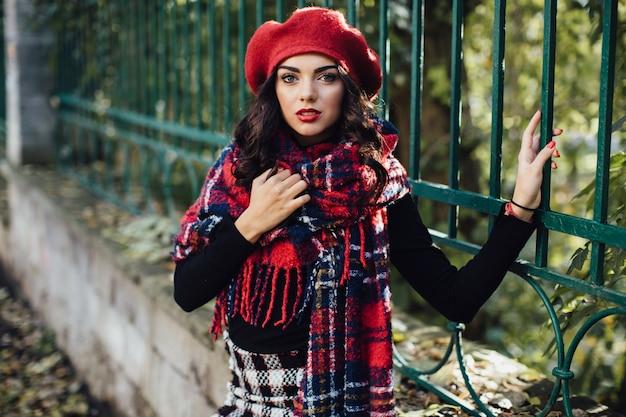 Femme Charmante En Béret Rouge Photo Premium