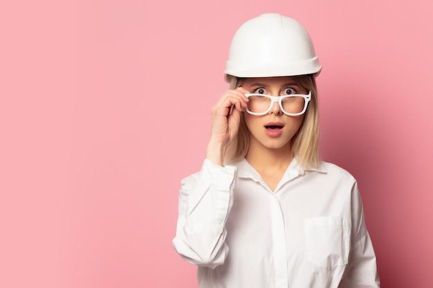 Femme En Chemise Blanche, Lunettes Et Casque Photo Premium