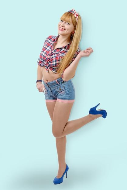 Femme avec une chemise à carreaux et un short en jean Photo Premium