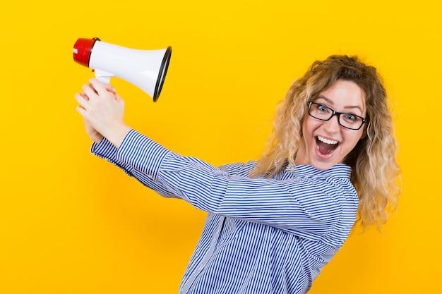 Femme en chemise avec haut-parleur Photo Premium
