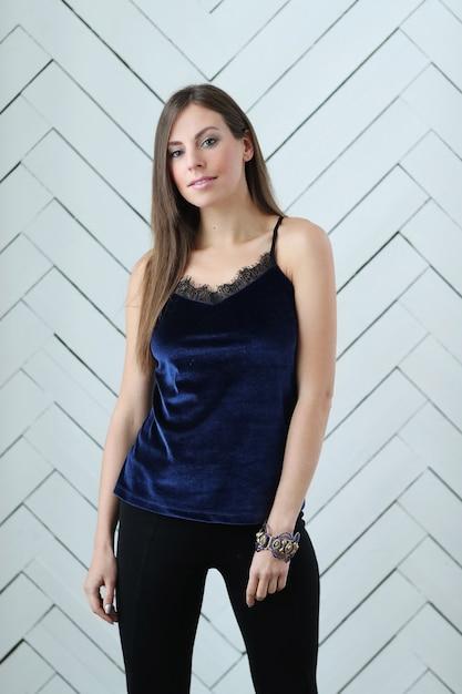 Femme En Chemise De Nuit Bleu Marine Photo gratuit