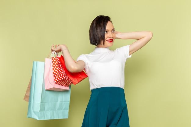 Femme En Chemisier Blanc Et Jupe Verte Tenant Des Paquets Shopping Photo gratuit