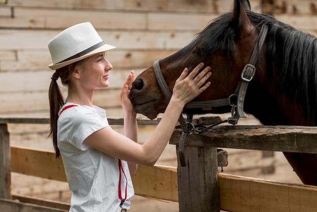 Femme, cheval, écurie Photo gratuit