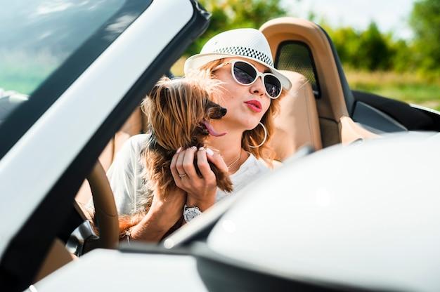 Femme Avec Un Chien Sur Un Road Trip Photo gratuit