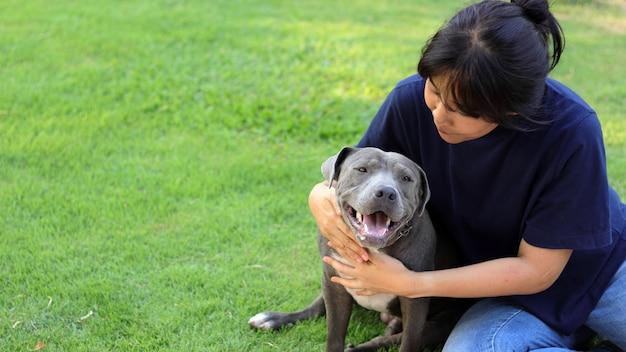 Femme avec chien Photo Premium