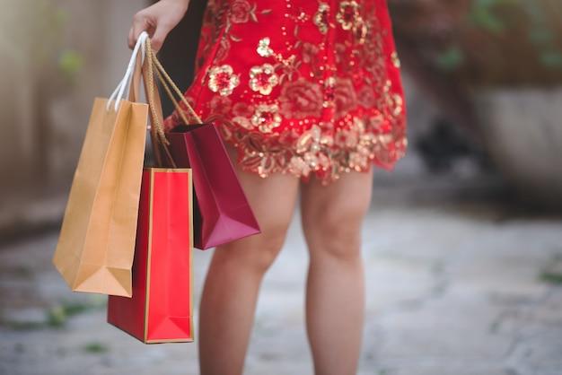 Femme Chinoise Asiatique En Robe Rouge Traditionnelle Cheongsam Tenant Le Sac Pour Faire Du Shopping Photo Premium