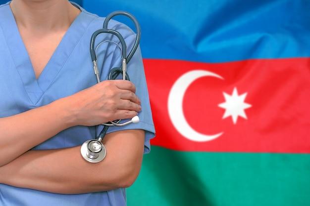Femme Chirurgien Ou Médecin Avec Stéthoscope Contre Le Drapeau Azerbaïdjanais Photo Premium