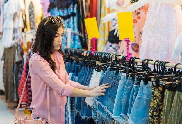 Femme choisir et acheter des shorts dans les magasins Photo Premium