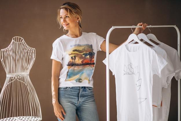 Femme choisissant une chemise blanche Photo gratuit
