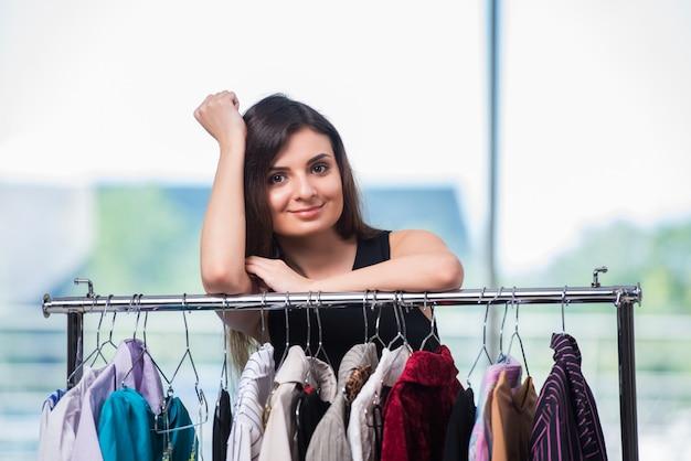 Femme, choix, vêtements, magasin Photo Premium