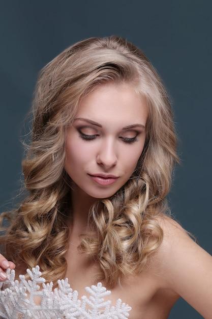 Femme En Coiffure Blonde Frisée Et Robe Flocon De Neige Photo gratuit