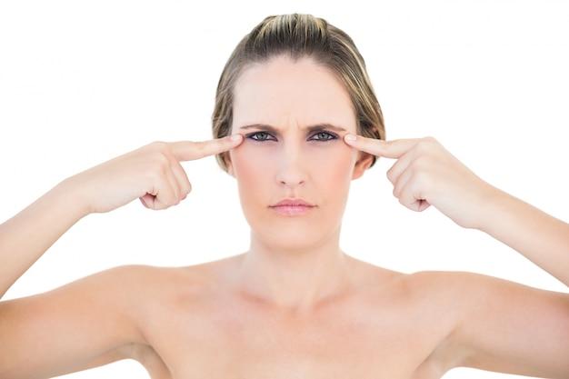 Femme en colère, pointant vers les yeux en regardant la caméra Photo Premium