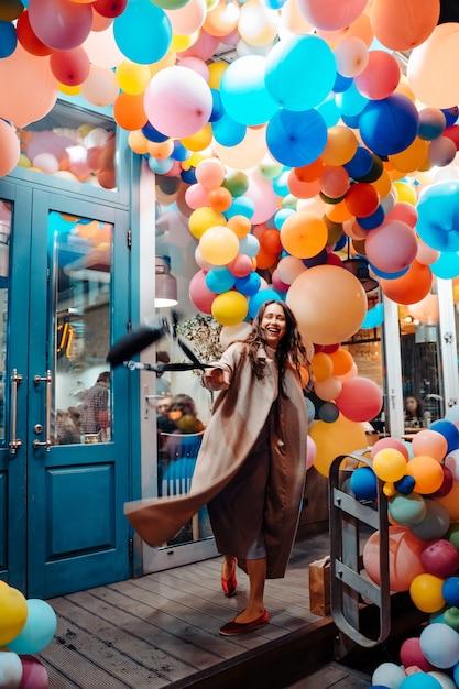 Femme, à, Coloré, Ballons Photo gratuit