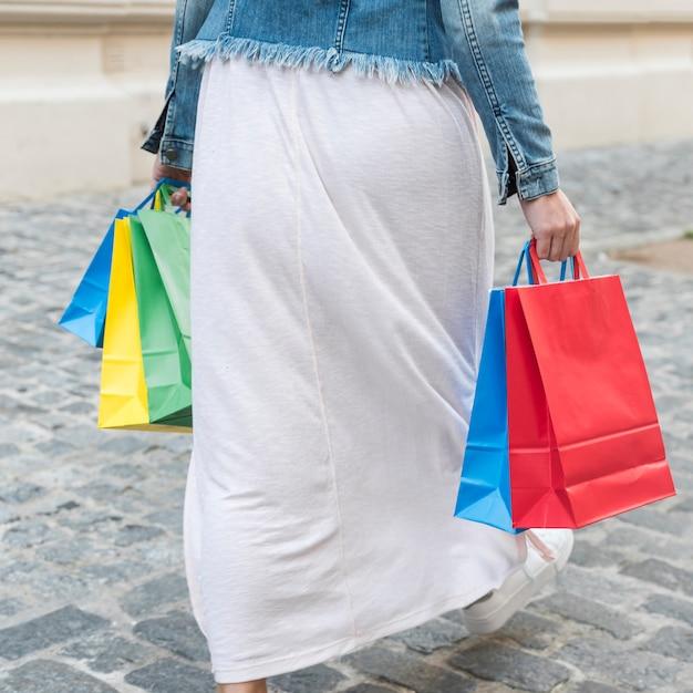Femme, coloré, paquets, rue Photo gratuit