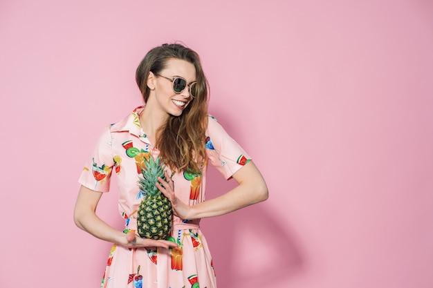 Femme, Coloré, Robe, Tenue, Ananas Photo Premium