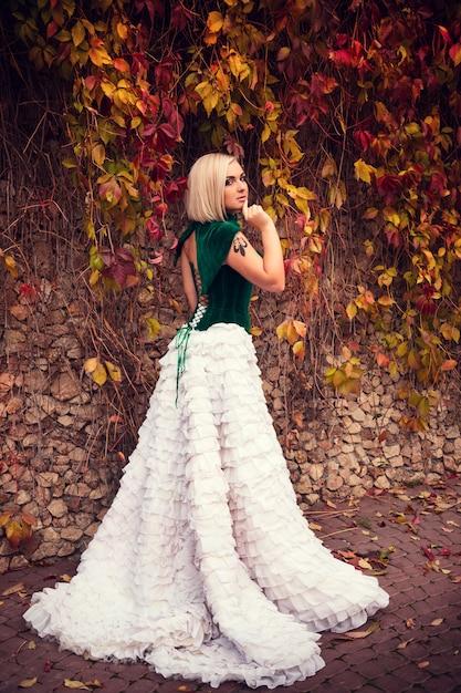 Une Femme Comme Une Princesse Dans Une Robe Vintage Dans Le Parc Des Fées Photo Premium