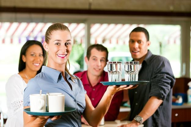 Femme comme serveuse dans un bar Photo Premium