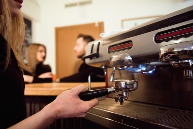 Femme commençant sa journée sur un nouvel emploi en tant que barista. travailler dans un café. Photo Premium