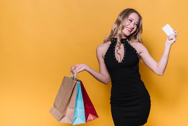 Femme commerçante lumineuse avec carte de crédit Photo gratuit