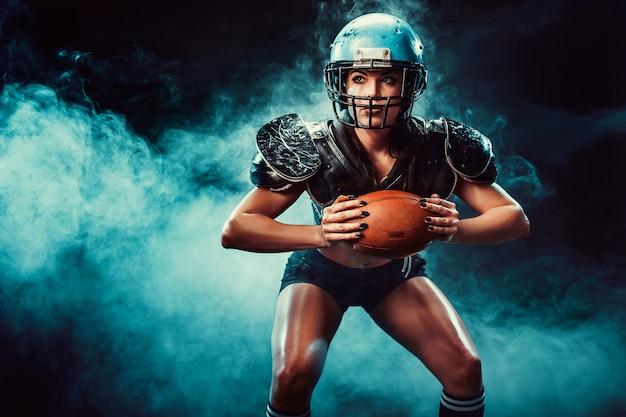 Femme compétitive avec ballon de rugby Photo Premium