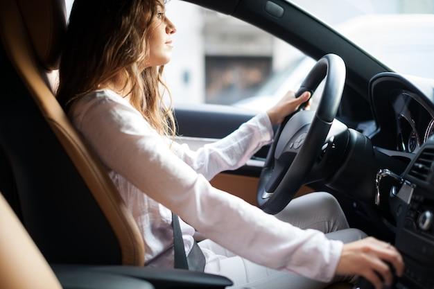 Femme conduisant sa voiture Photo Premium