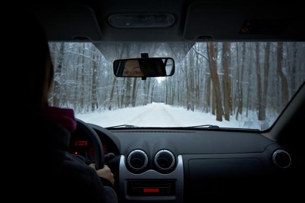 Une Femme Conduit Une Voiture Un Jour D'hiver Photo Premium
