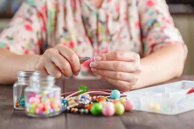 Femme, Confection, Maison, Artisanat, Art, Bijouterie Photo Premium