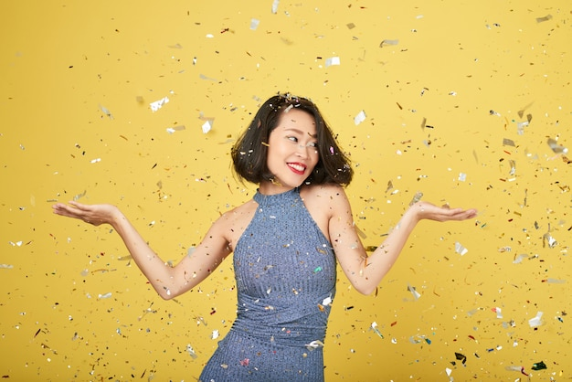Femme, confetti Photo gratuit