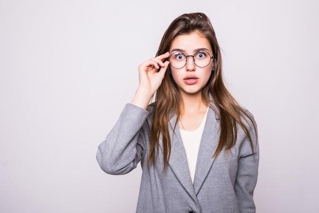 Femme Confuse Met Ses Mains Sur La Tête, Isolé Sur Fond Blanc Photo gratuit