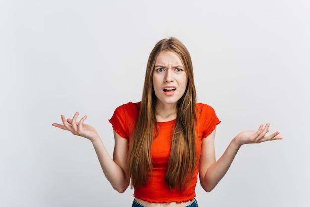 Femme confuse ne semble pas heureuse Photo gratuit