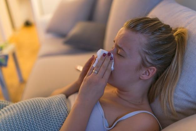 pour toute la famille prix le plus bas acheter pas cher Femme en congé de maladie avec un mouchoir | Télécharger des ...
