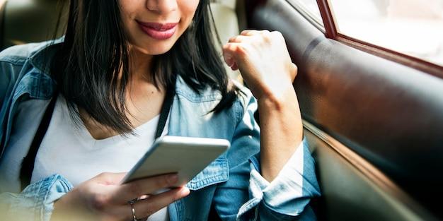 Femme connectant le concept de navigation smart phone Photo Premium