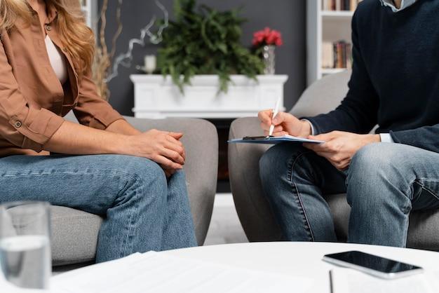 Femme Et Conseiller Parler Et Rester Proche Photo gratuit