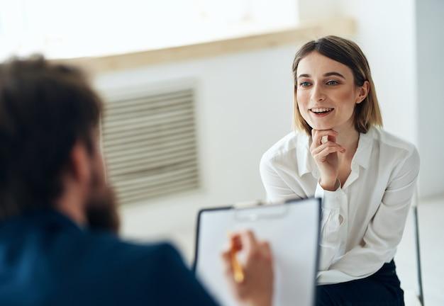 Femme En Consultation Avec Un Diagnostic De Santé Message Psychothérapeute Photo Premium