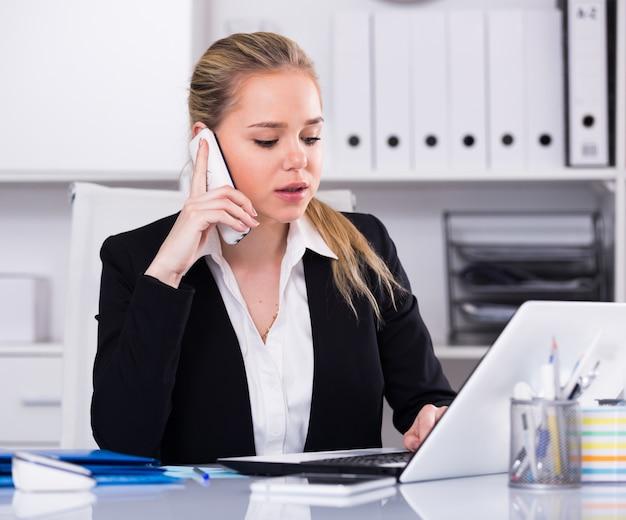 Femme, conversation, téléphone, bureau Photo gratuit