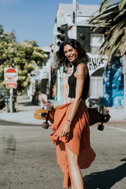 Femme cool avec un longboard Photo Premium