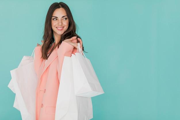 Femme en costume rose à la recherche de côté Photo gratuit