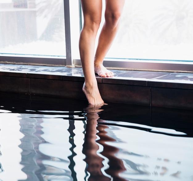 Femme à côté de la piscine au spa Photo gratuit
