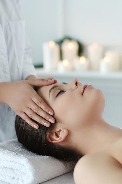 Femme Couchée Recevant Un Massage. Thérapie Cranio-sacrée Photo gratuit
