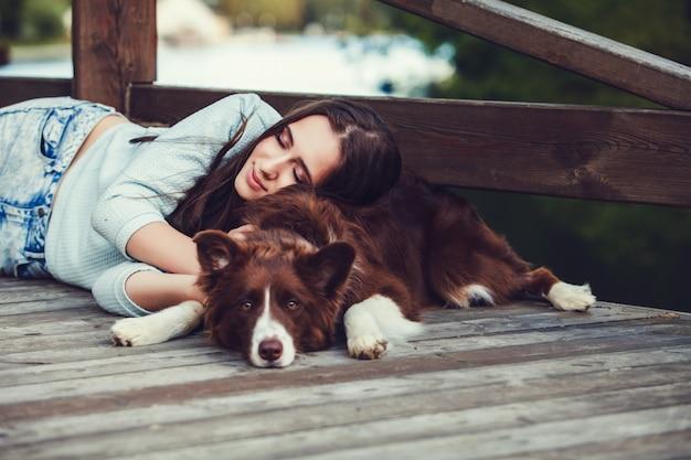 Femme couchée avec son chien Photo Premium