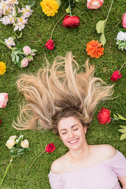 Femme, coucher herbe, différent, fleurs Photo gratuit