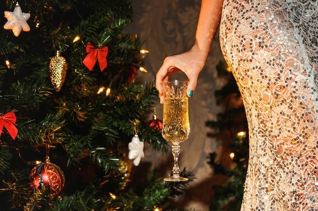 Femme avec une coupe de champagne Photo Premium