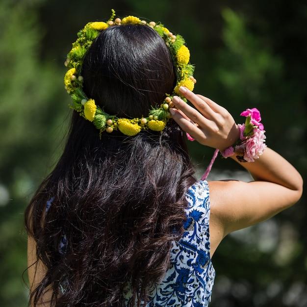 Femme avec une couronne de fleurs jaunes dans la tête. Photo gratuit