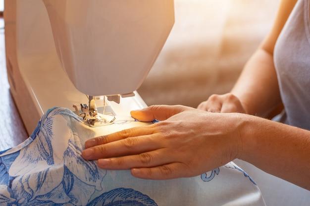 Femme cousant sur une machine à coudre Photo Premium