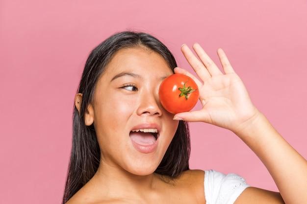 Femme, Couvrir, Oeil, Tomate Photo gratuit
