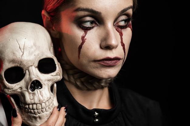 Femme, crâne, épaule Photo gratuit