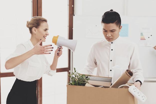 Femme criant au mégaphone à un collègue licencié. Photo Premium