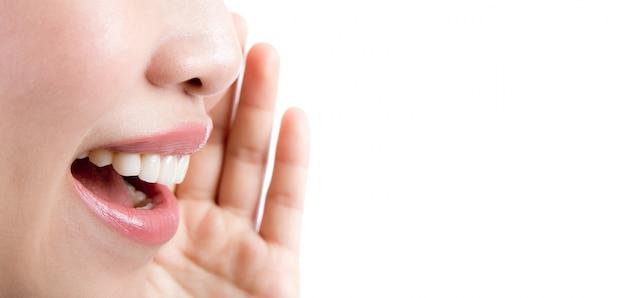 Femme crier / crier isolé sur fond blanc Photo gratuit