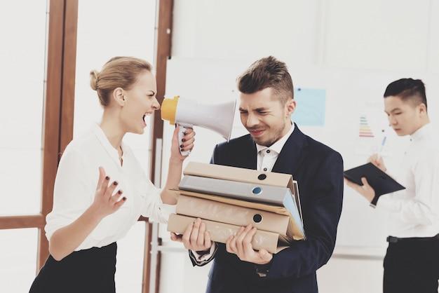 Femme, crier, mégaphone, chez, collègue, bureau Photo Premium